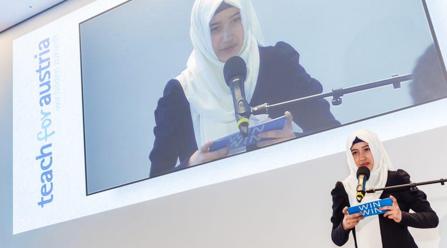 Foto von Gülsah wie sie vor Publikum ihre Geschichte erzählt