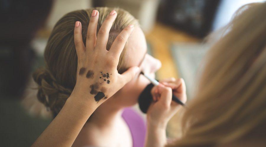 Symbolfoto, Kosmetikerin bei der Arbeit