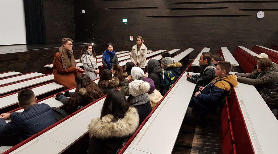 Schüler*innen im Audimax der Uni Wien bei einer Führung im Rahmen von Horizons
