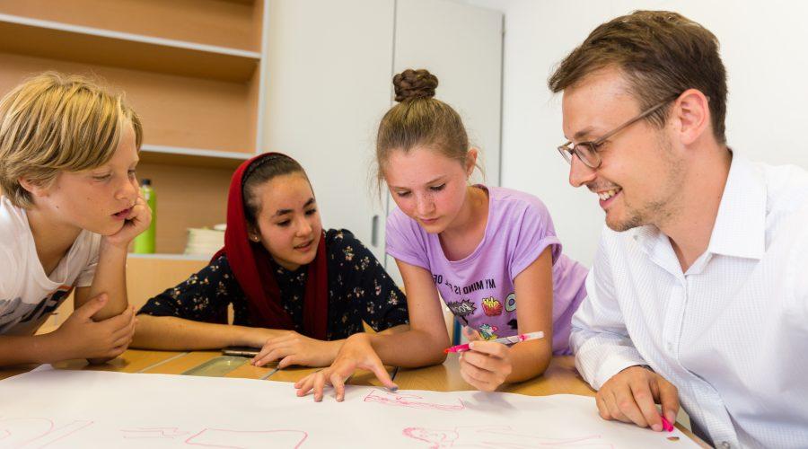 Oberösterreich-Fellow Clemens mit zwei Schülerinnen