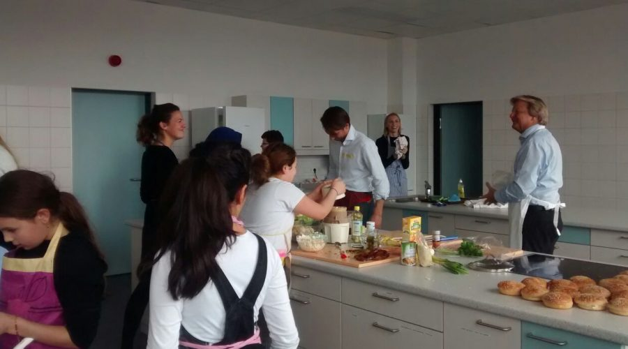CEO Bernhard Ramsauer beim Kochen mit Schüler*innen