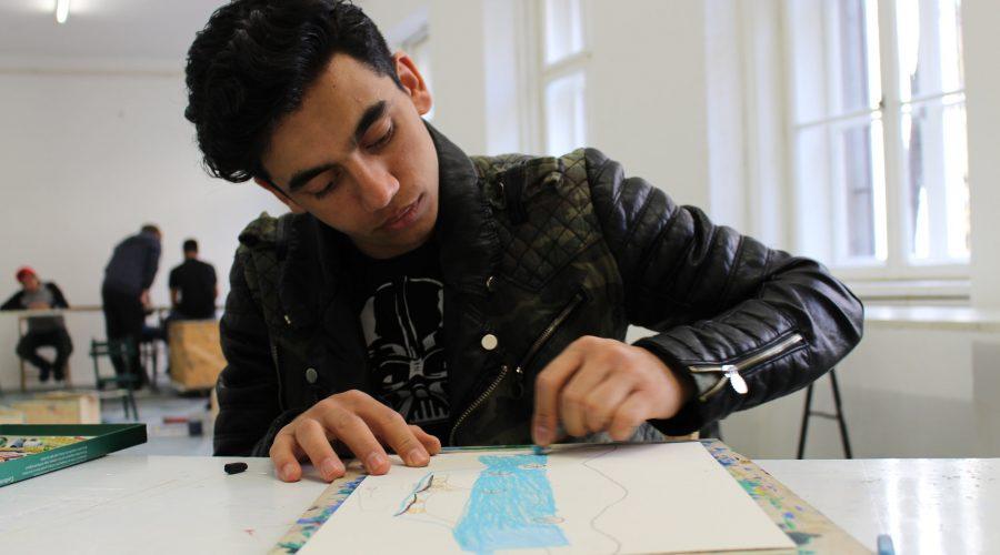 Junger Bursch zeichnet seine Geschichte