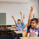Schüler in der Schule zeigt auf